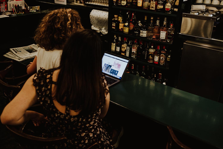Queridiñas en el bar organizando eventos