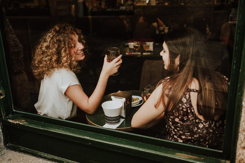 Las queridiñas pensando ideas en un bar mientras toman vermú