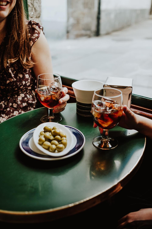 Queridiñas disfrutando en un bar mientras piensan en ideas exitosas